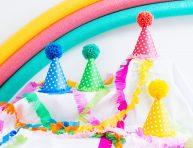 imagen Gorros para fiestas con papel y pompones de lana