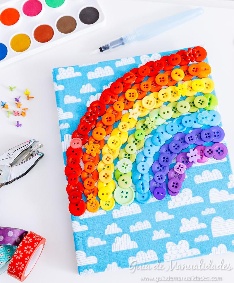 Arcoíris de botones para decorar un cuaderno de notas 11