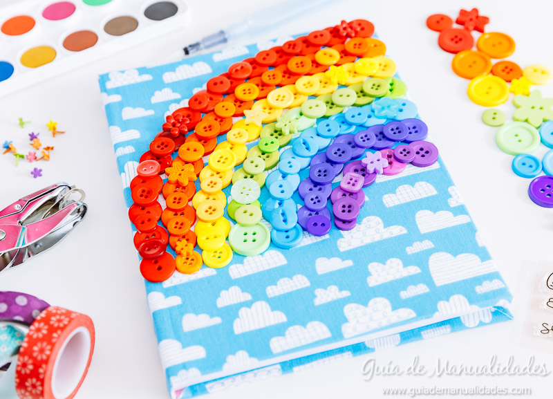 Arcoíris de botones para decorar un cuaderno de notas 12