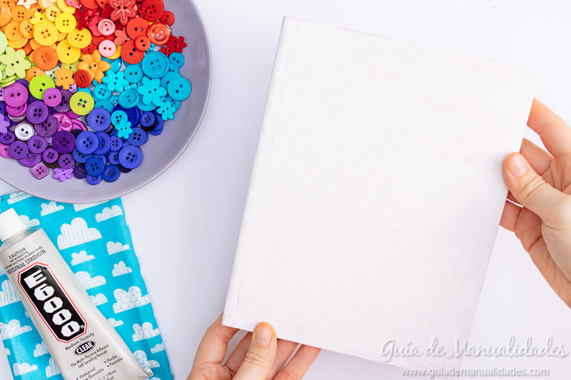 Arcoíris de botones para decorar un cuaderno de notas 3