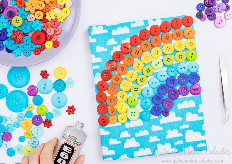 Arcoíris de botones para decorar un cuaderno de notas 7