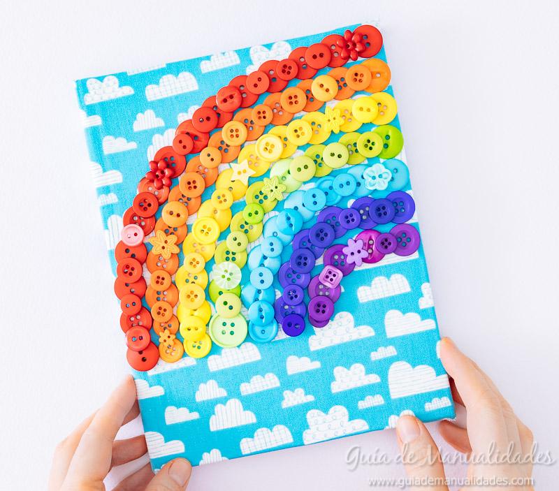Arcoíris de botones para decorar un cuaderno de notas 8