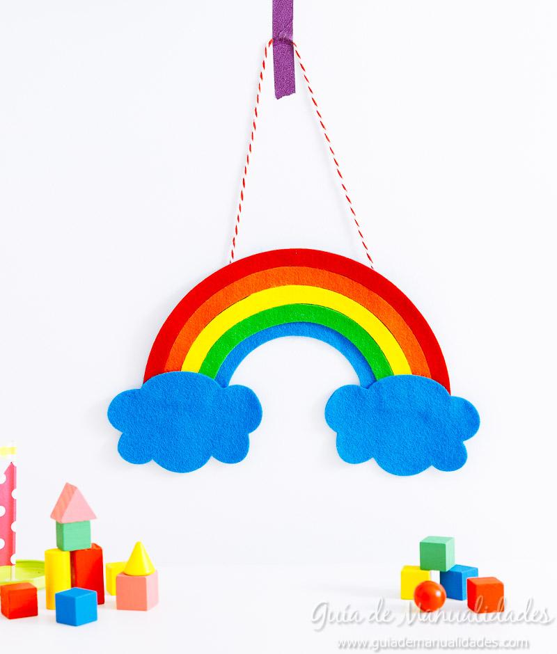 móvil arcoiris de fieltro 1