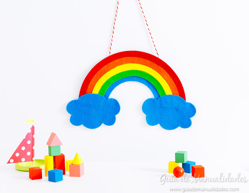 móvil arcoiris de fieltro 15