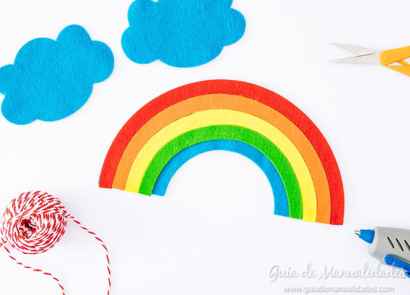 móvil arcoiris de fieltro 9