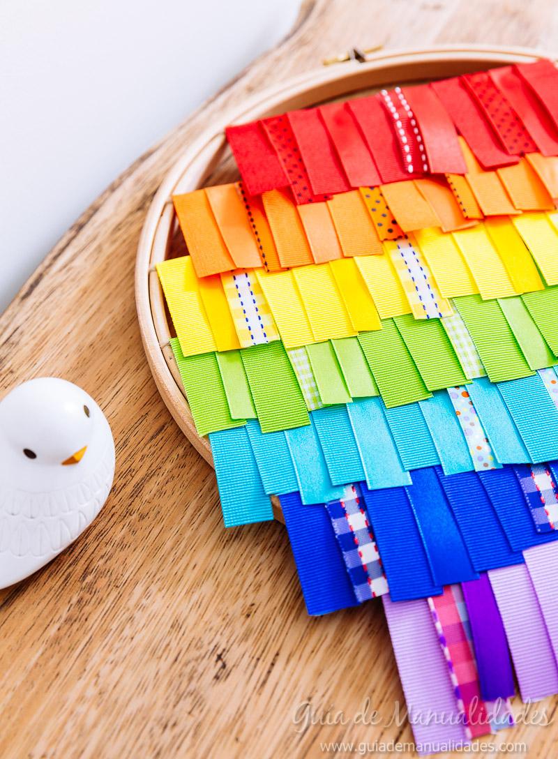 bastidor con arcoíris de cintas 10