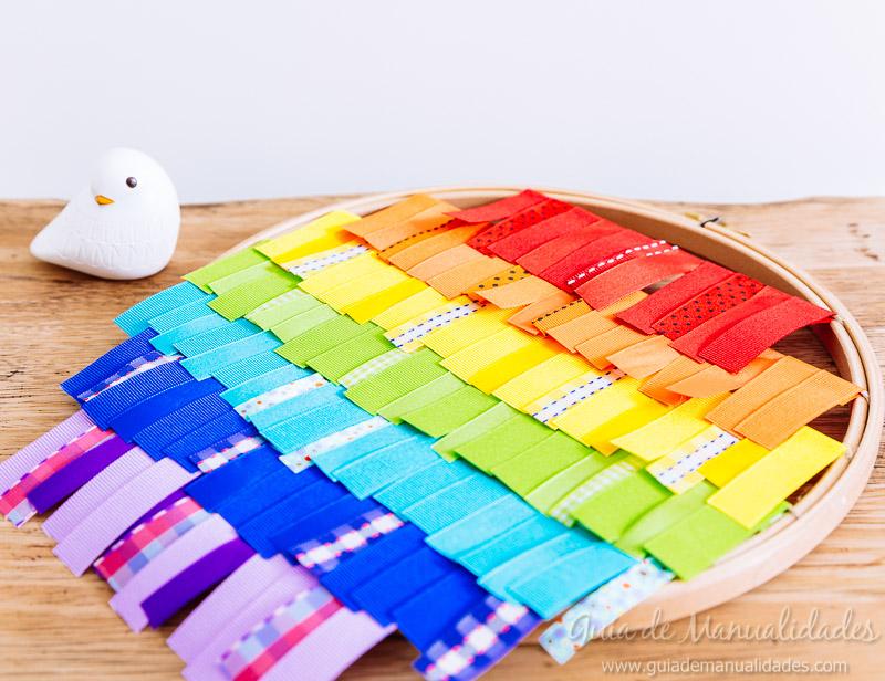 bastidor con arcoíris de cintas 11