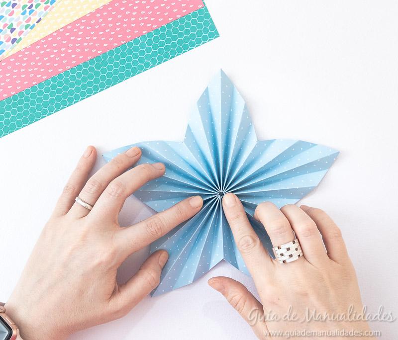 Cómo hacer una roseta estrella de papel 14