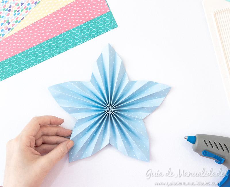 Cómo hacer una roseta estrella de papel 15