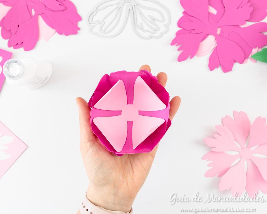 Flores de papel DIY y centro con embossing 8